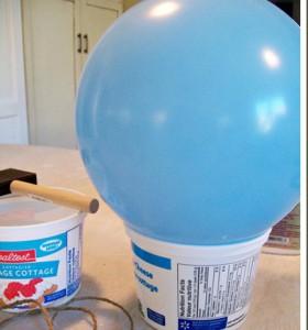Balon postavite u kanticu da vam se ne bi pomerao dok ga oblažete kanapom koji je umočen u lepak za tapete.