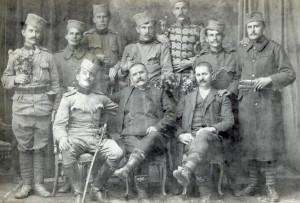 Učesnici rata 1912-1918, snimljeni 1920. godine Krsta Solujić iz Beršića, narodni poslanik, sedi u sredini Stoje (s leva na desno): Krstini sinovci Dragiša i Radenko, sinovi Radojko i Gojko, gardista Nikodin Todorović, njegov sinovac Dobrivoje i sin Milojko Sede (s leva na desno): Poručnik Drinjaković iz Takova, pomenuti Krsta Solujić i Dragomir Karaulić, kafedžija iz Gornjeg Milanovca