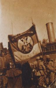 """Zastava X pešadijskog puka """"Takovskog"""" Fotografija je nastala neposredno pred započinjanja ofanzive za konačno oslobođenje Srbije u jesen 1918. godine"""
