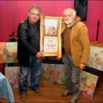"""Сликар у Гружанским дворима прима наградун """"Чаша воде са извора"""" од Слободана Бетулића"""