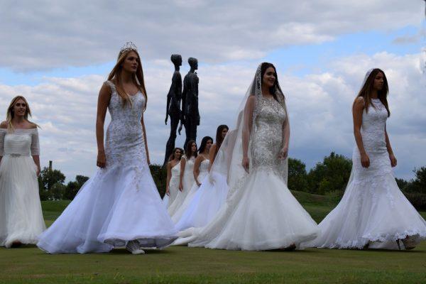venčanice, devojke, lepota, spomenik, misice