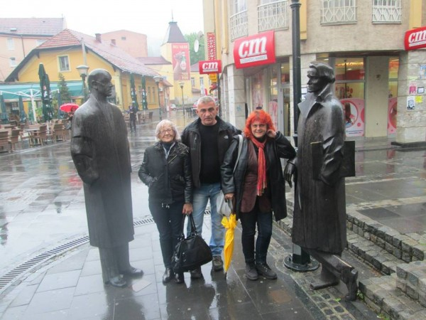 Pored velikana( Ismet Mujezinović i Meša Selimović) iako pada kiša. U Tuzli, sa Vladankom Cvetković i Dijanom Uherek Stevanović