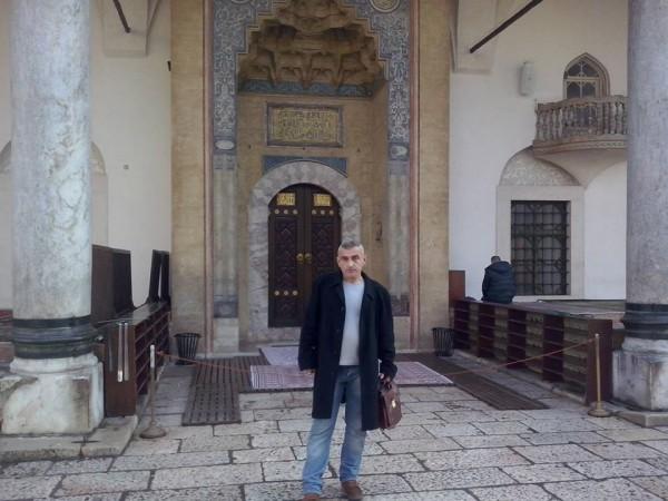 Ispred Gazi Husrev - begove džamije u Sarajevu