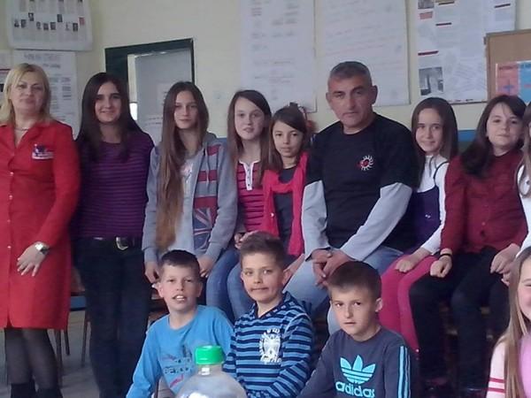 """OŠ """" Prokosovićiˇ"""" - Lukavac... Tamo gdje sam počeo školovanje...Na dan svjetske knjige 07.04. 2014. godine promovisao svoju knjigu i s njima podijelio radost slušajući njihove pjesme."""