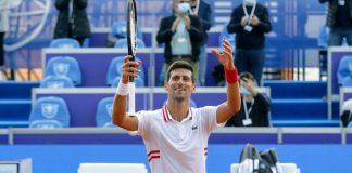 Novak Đoković sa reketom u ruci pozdravlja kameru