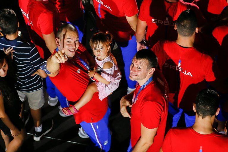 balkon, doček, Srbija, reprezentacija, šampioni, publika, navijanje, Olimpijske igre, Olimpijada, pogled, osmeh, sreća, radost, dete,Tokio